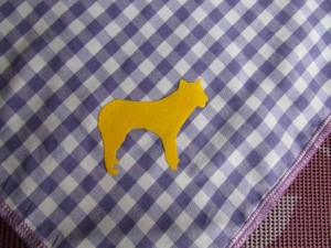 Lila Dreieckshalstuch mit Hundeflockdruck